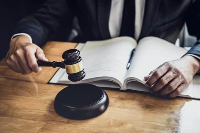 Obrona w sądzie i reprezentowanie pokrzywdzonego